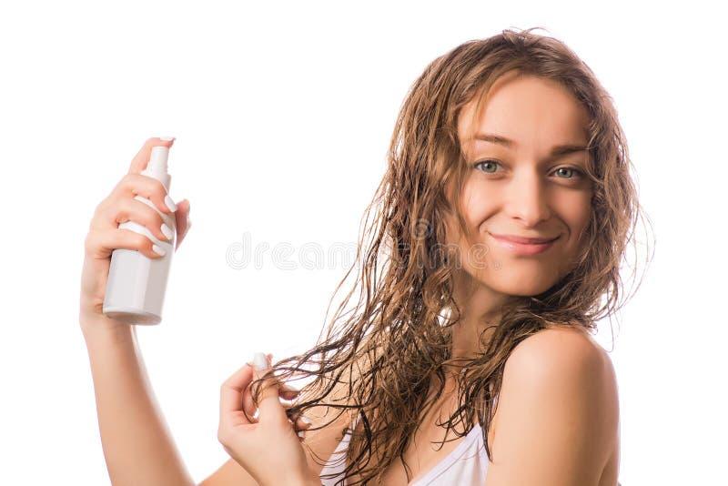 Pięknej młodej kobiety mokra włosiana kiść dla włosy odizolowywającego fotografia royalty free