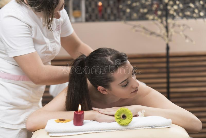 Pięknej młodej kobiety relaksujący masaż przy piękno zdrojem obraz stock