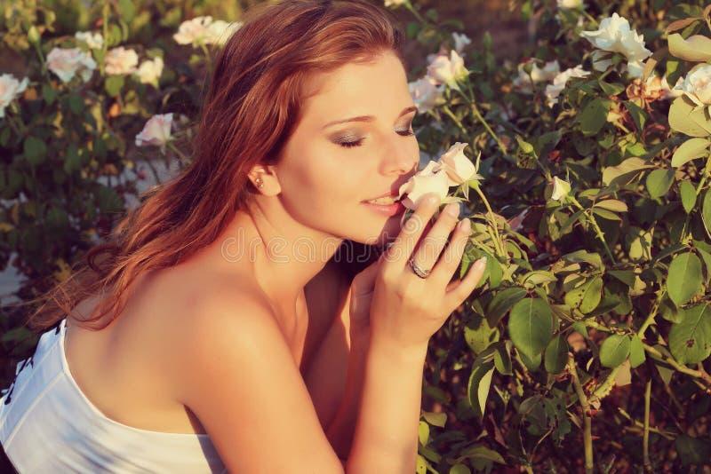 Pięknej młodej kobiety zmysłowy spojrzenie w ogródzie w lecie. rocznik fotografia obraz royalty free