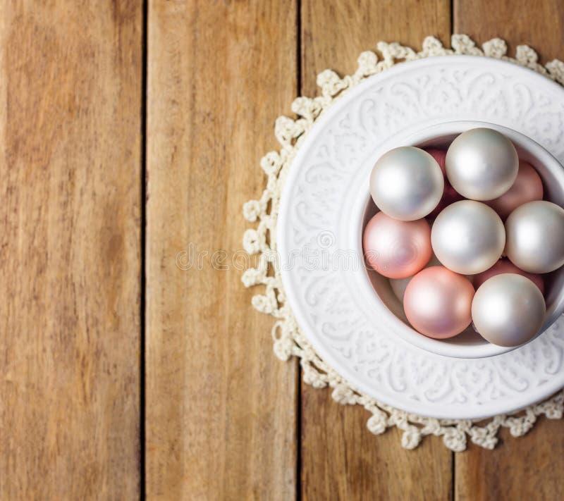 Pięknej małej choinka ornamentów bielu menchii perły czerwone piłki w rocznik ceramicznej filiżance na kumberlandach zasznurowywa obraz stock