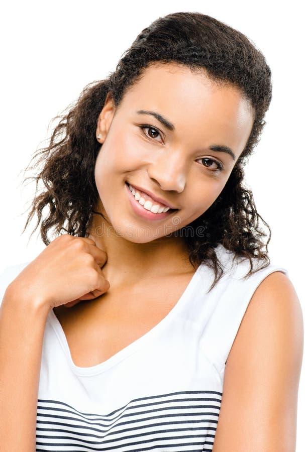 Pięknej mieszanej biegowej kobiety uśmiechnięty portret odizolowywający na białych półdupkach obrazy stock