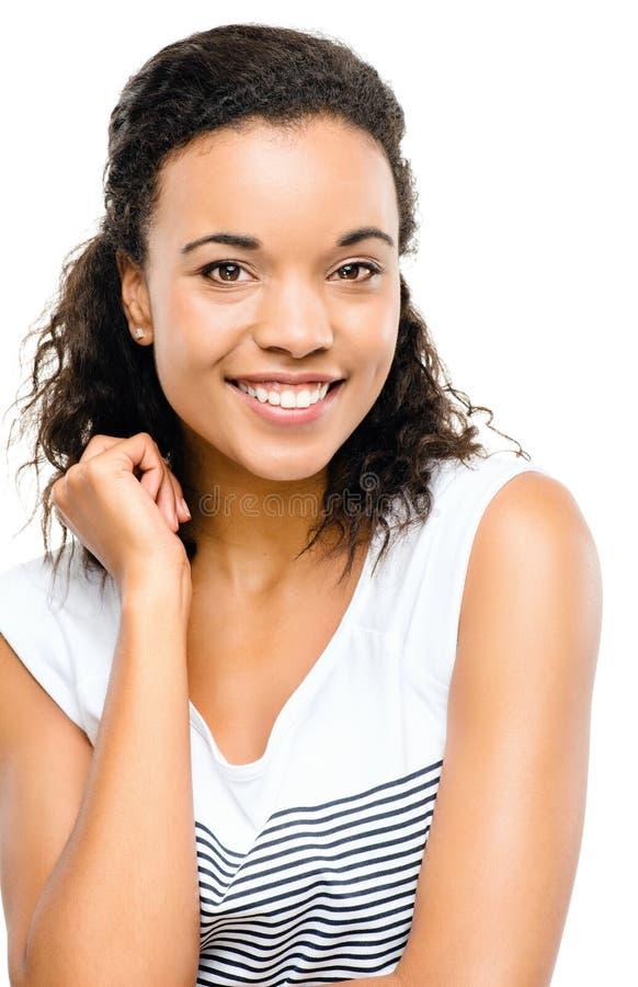 Pięknej mieszanej biegowej kobiety uśmiechnięty portret odizolowywający na białych półdupkach zdjęcie stock