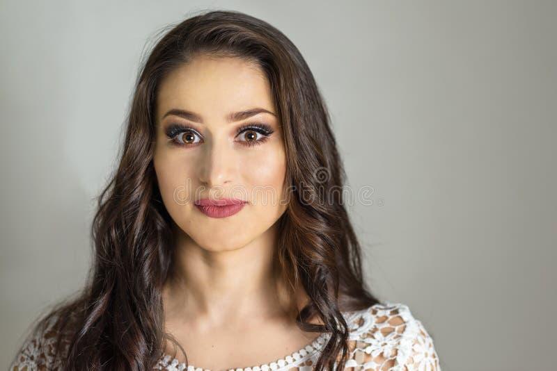Pięknej mody Luksusowy Makeup, długie rzęsy, perfect skóry twarzowy makijaż Piękno blondynki modela kobieta, Brown oczy robi obraz stock