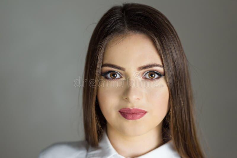 Pięknej mody Luksusowy Makeup, długie rzęsy, perfect skóry twarzowy makijaż Piękno blondynki modela kobieta, Brown oczy robi obrazy stock