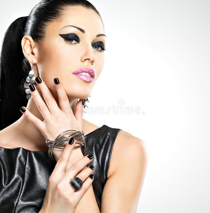 Pięknej mody seksowna kobieta z czerń gwoździami przy ładną twarzą zdjęcie stock