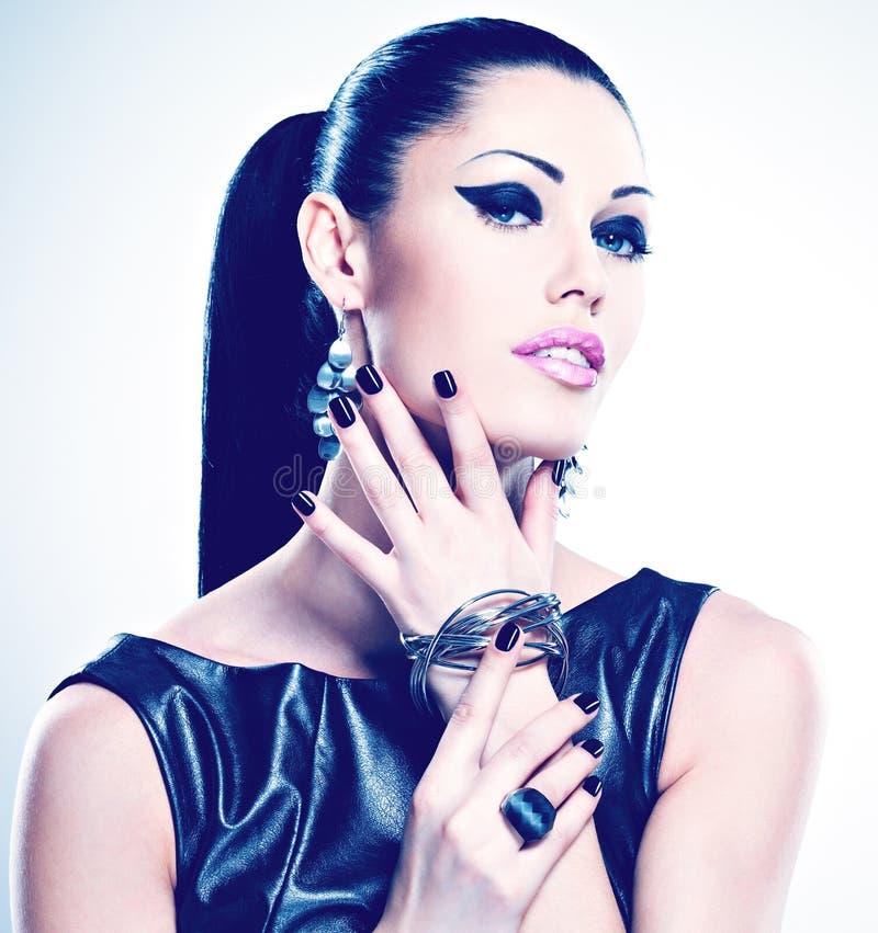 Pięknej mody seksowna kobieta z czerń gwoździami przy ładną twarzą zdjęcie royalty free