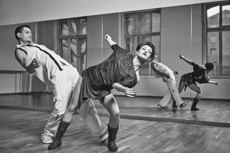 Pięknej pary dancingowy bachata w tana studiu zdjęcia royalty free