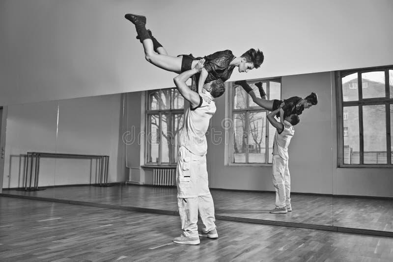 Pięknej pary dancingowy bachata w tana studiu zdjęcie stock
