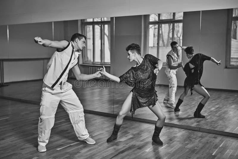 Pięknej pary dancingowy bachata w tana studiu zdjęcia stock