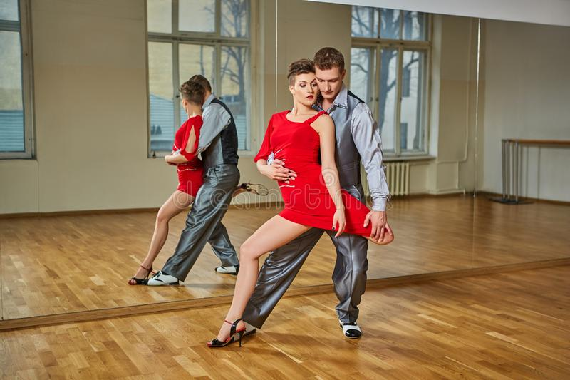 Pięknej pary dancingowy tango fotografia stock