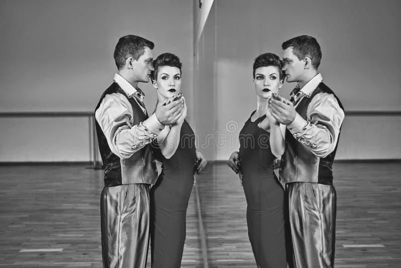 Pięknej pary dancingowy tango zdjęcie stock