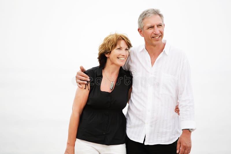 pięknej pary dojrzały bierze spacer zdjęcia royalty free