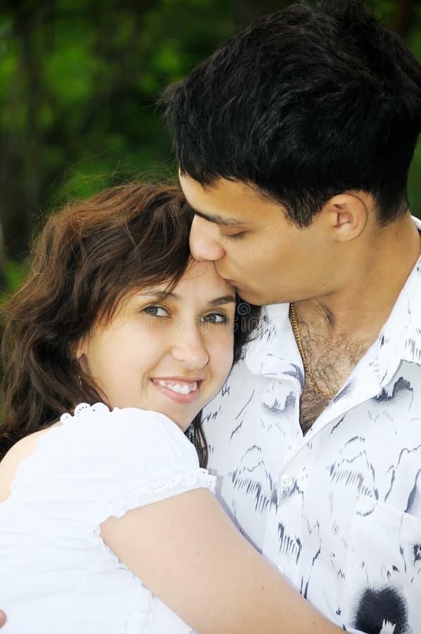 pięknej pary szczęśliwi całowania potomstwa obraz royalty free