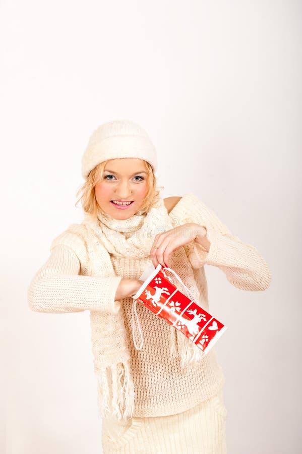 pięknej pudełkowatej dziewczyny teraźniejszości czerwoni zima potomstwa obrazy stock
