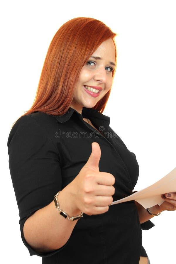 Pięknej rudzielec biznesowa kobieta z aprobatami, pokazuje everything jest OK obraz royalty free