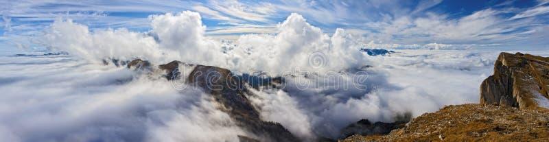 Pięknej scenicznej jesieni zmierzchu góry pogodny krajobraz Kaukaz gór above całun depresja rozpraszać chmury przeglądać od Bol zdjęcie stock