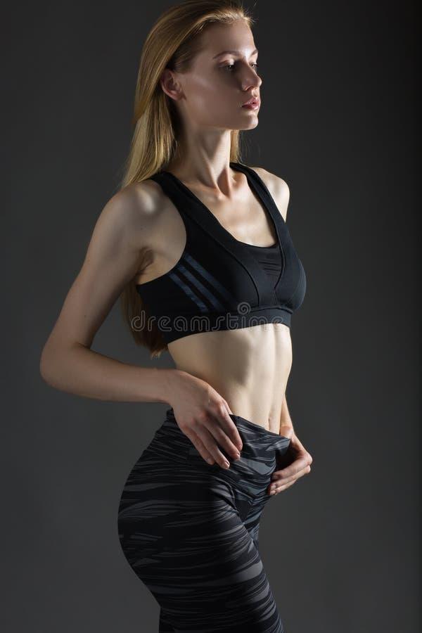 Pięknej seksownej blondynki kobiety perfect sportowa szczupła postać angażująca w joga, ćwiczeniu lub sprawności fizycznej, ołowi fotografia royalty free