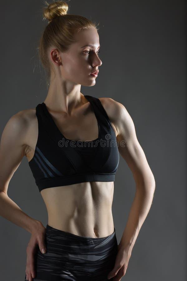 Pięknej seksownej blondynki kobiety perfect sportowa szczupła postać angażująca w joga, ćwiczeniu lub sprawności fizycznej, ołowi fotografia stock