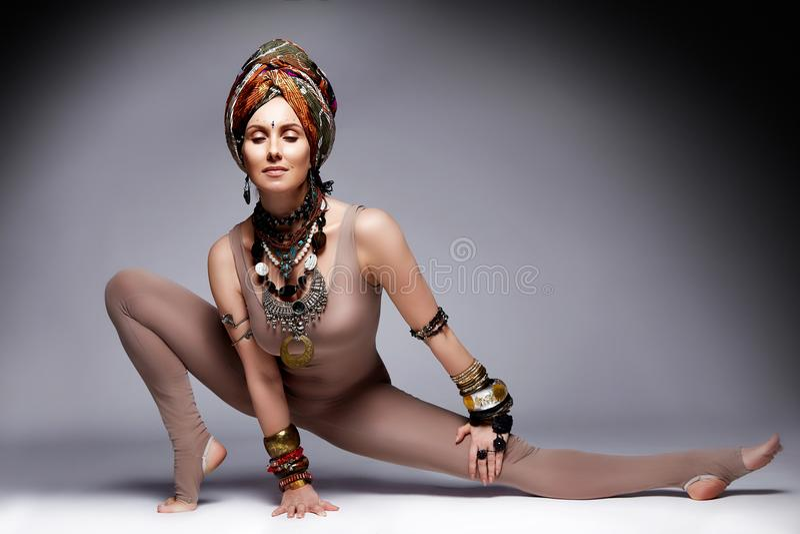 Pięknej seksownej młoda kobieta blondynów odzieży sporta odzieży kostiumu chuderlawy acc obrazy stock