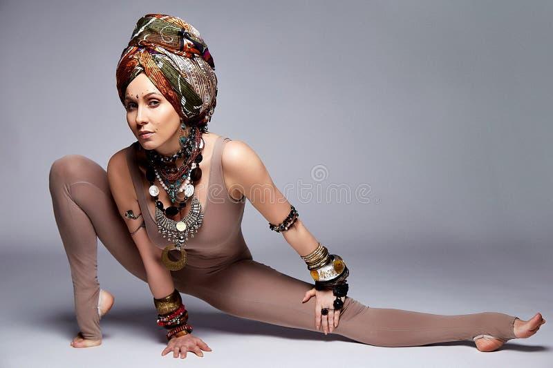 Pięknej seksownej młoda kobieta blondynów odzieży sporta odzieży kostiumu chuderlawy acc fotografia royalty free