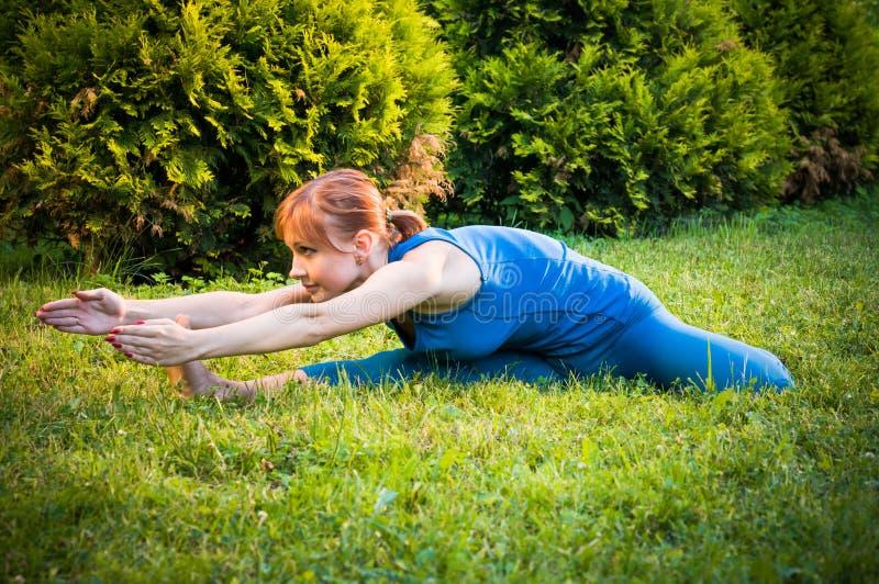 pięknej sprawności fizycznej ćwiczyć kobiety joga zdjęcie royalty free