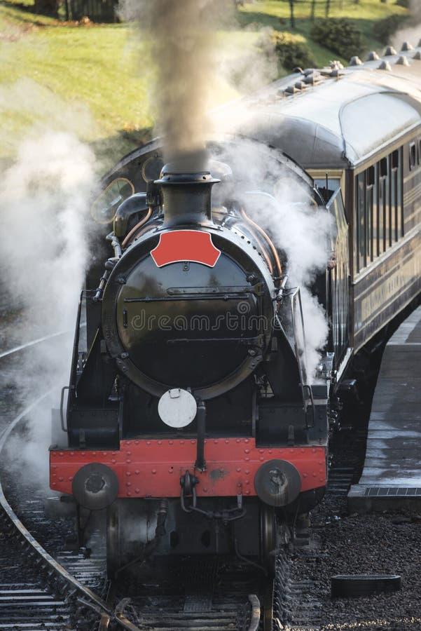 Pięknej starej rocznik kontrpary kolejowy silnik z pełnym parowym blowi fotografia stock