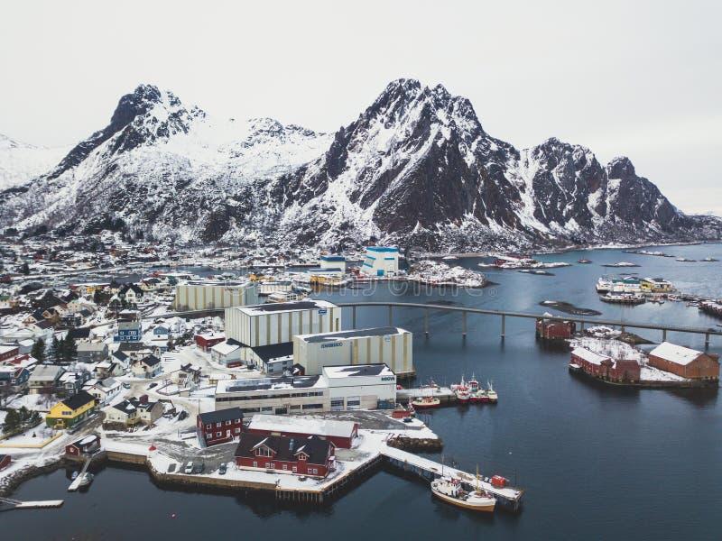 Pięknej super szerokiej kąt zimy śnieżny widok Svolvaer, Norwegia, Lofoten wyspy z linią horyzontu, góry, Austvagoya wyspa, Vag fotografia stock