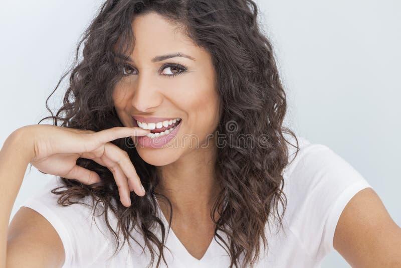 Pięknej Szczęśliwej kobiety gryzienia Uśmiechnięty palec zdjęcie stock