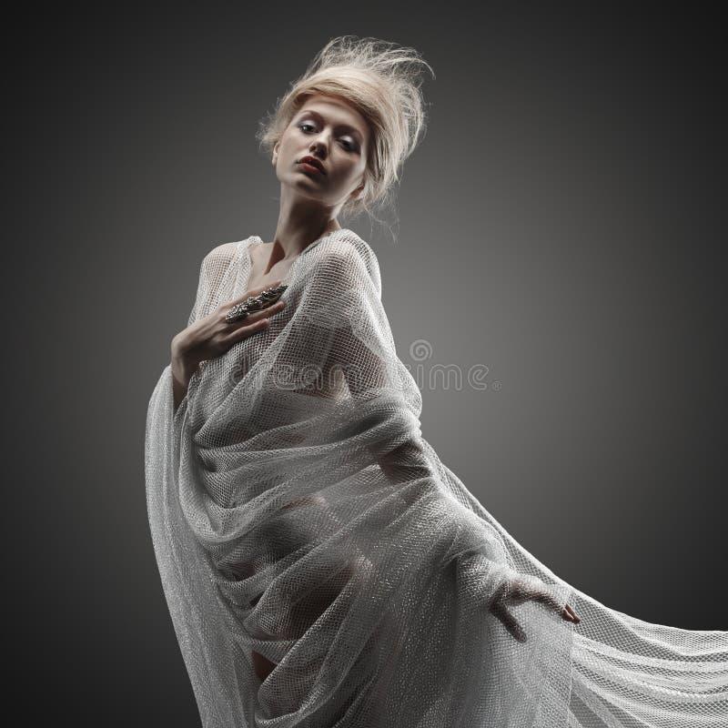 Pięknej zadumanej splendoru dziewczyny kreatywnie fryzura zdjęcia royalty free
