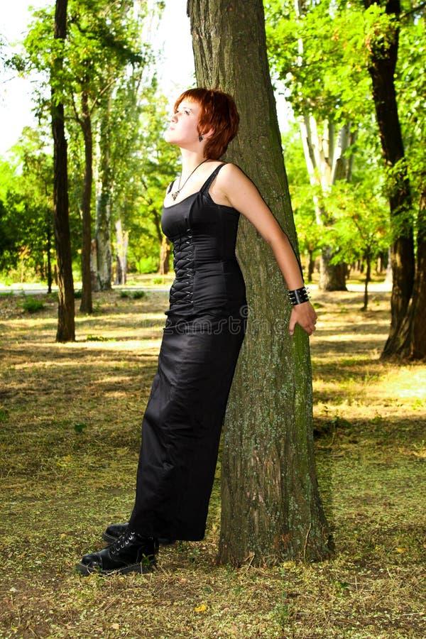 pięknej zmroku sukni lasowi kobiety potomstwa zdjęcia royalty free