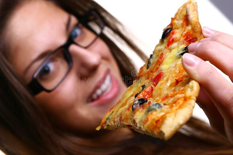 piękni łasowania pizzy kobiety potomstwa zdjęcia royalty free