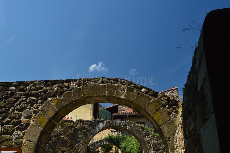 Piękni łuki Z widokami niebo W willi De Potes Natura, architektura, historia, podróż zdjęcia royalty free