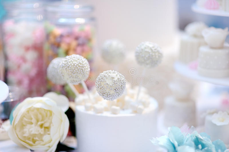 Piękni ślubni wanilia torta wystrzały obrazy stock