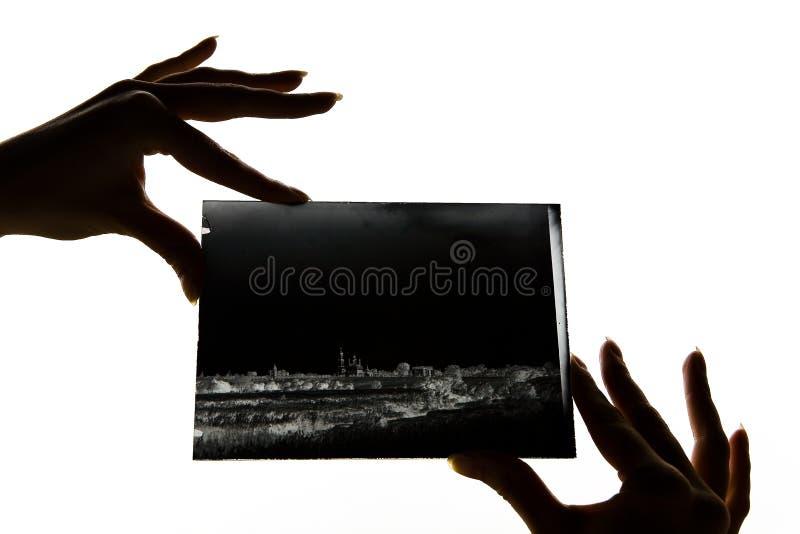 Piękni żeńscy palce trzymają szklanego negatyw obrazy royalty free