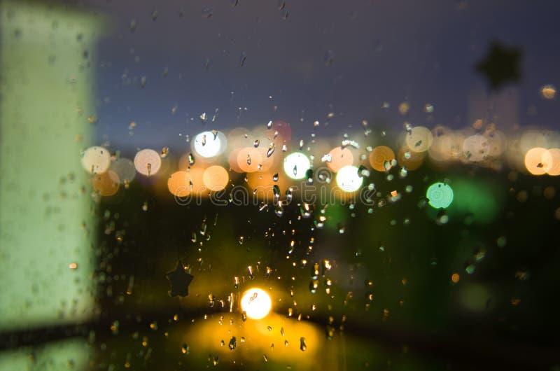 Piękni abstrakcjonistyczni błyszczący raindrops na wieczór okno fotografia royalty free