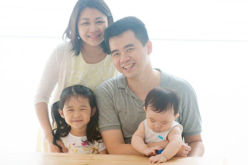 Piękni azjata rodzice, dzieci i fotografia royalty free