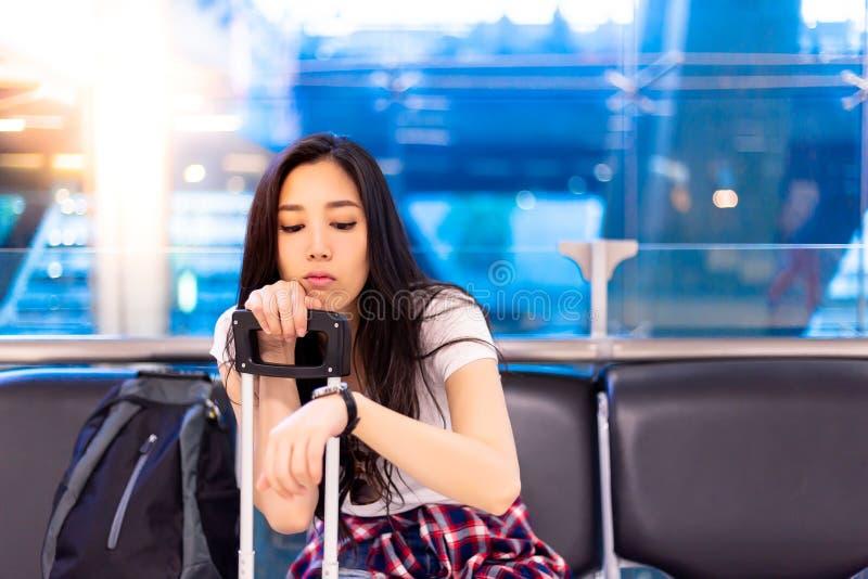 Piękni azjatykci kobiet spojrzenia przy wristwatch dla sprawdzać czas zdjęcia royalty free