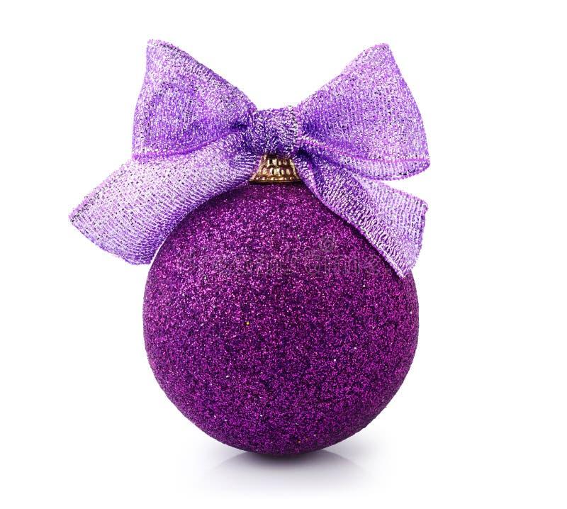 Piękni błyskotliwi purpurowi boże narodzenia balowi z jaskrawym faborkiem obraz stock