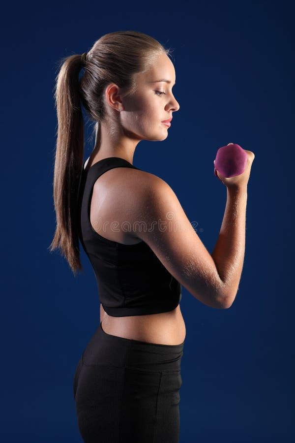 piękni bicep kędzioru sprawności fizycznej kobiety potomstwa zdjęcie stock