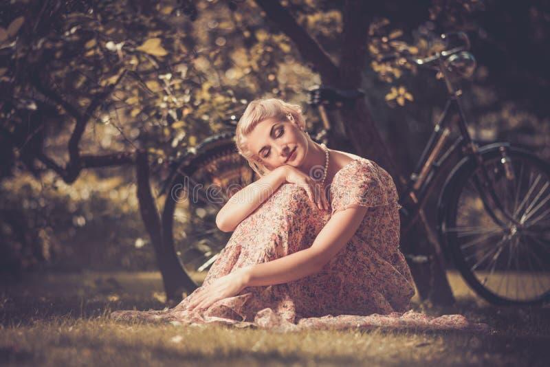 Piękni blondyny outdoors obraz stock