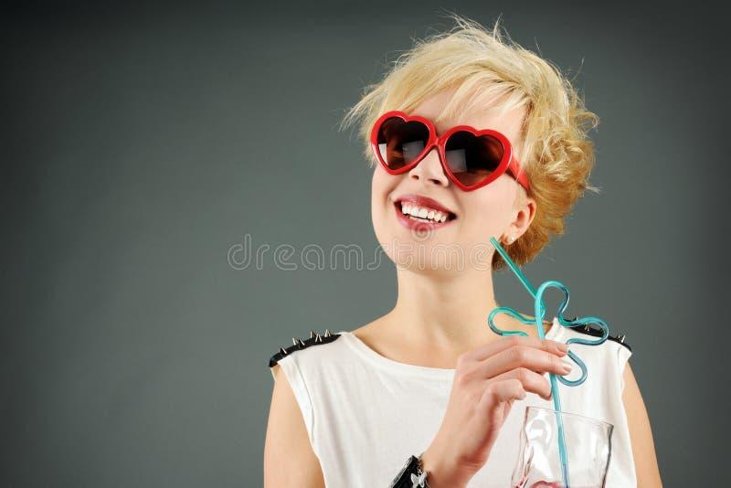 Piękni blondyny z czerwonymi okularami przeciwsłonecznymi zdjęcia stock