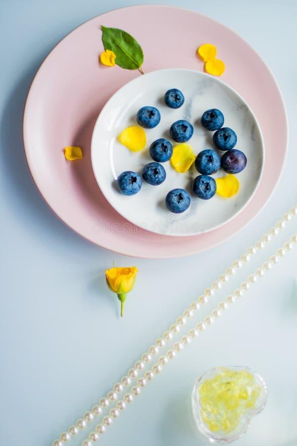 piękni bluberries - świeże owoc i zdrowy łasowanie projektowali pojęcie obraz stock