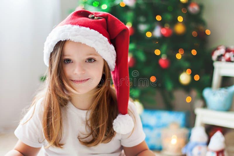 Piękni boże narodzenia zamykają portret mała preschool dziewczyna przy h fotografia royalty free