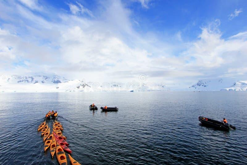 Piękni colourful kajaki na błękitnym oceanie, Antarktyczny półwysep zdjęcie royalty free