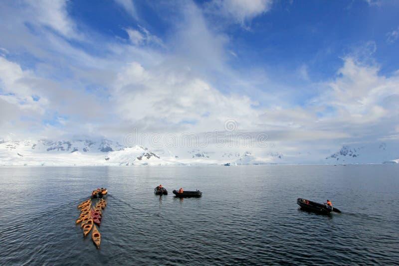 Piękni colourful kajaki na błękitnym oceanie, Antarktyczny półwysep fotografia royalty free