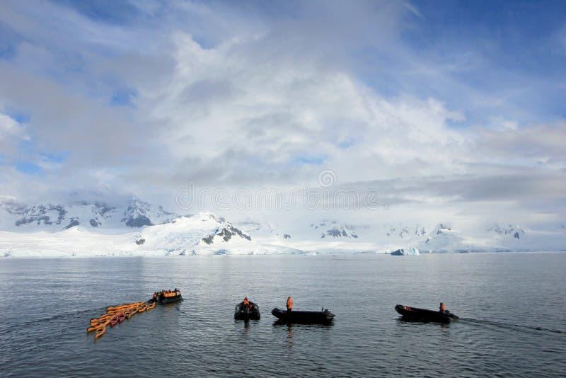 Piękni colourful kajaki na błękitnym oceanie, Antarktyczny półwysep zdjęcia stock