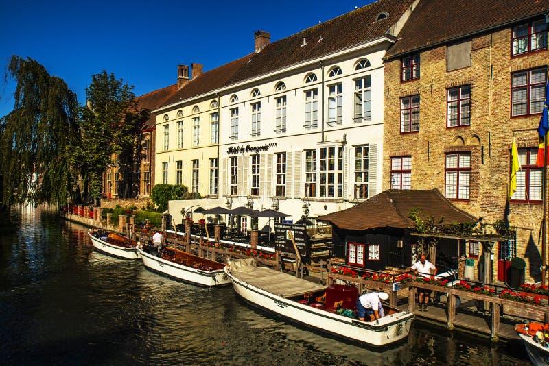 Piękni domy i kanały w Brugge obraz stock
