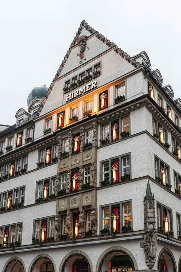 Piękni domy i sklepy w Neuhauser ulicie Monachium, Niemcy, - obraz royalty free
