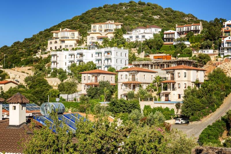 Piękni domy na zielonym wzgórzu na słonecznym dniu fotografia royalty free