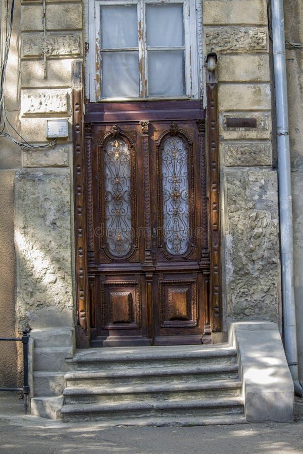 Piękni drewniani rzeźbiący drzwi antykwarscy drzwi zdjęcia royalty free